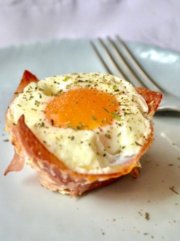 baked prosciutto egg cups served