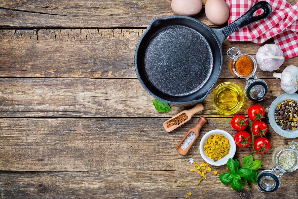 unseasoned vs seasoned cast iron frying pan